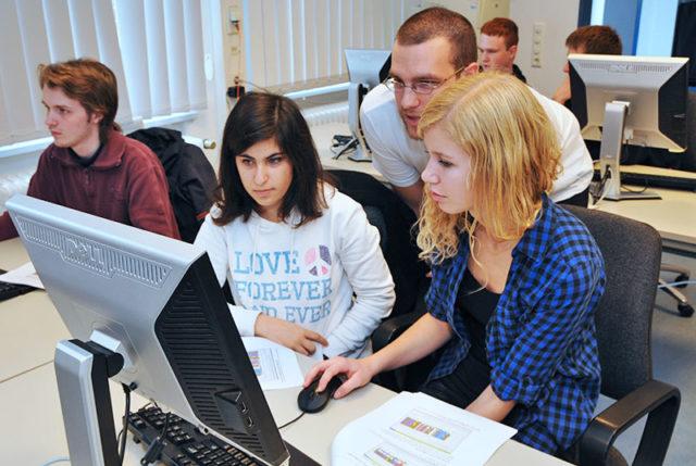 Schüler und Schülerinnen in einem Computerraum