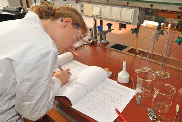 Schülerin dokumentiert Experiment