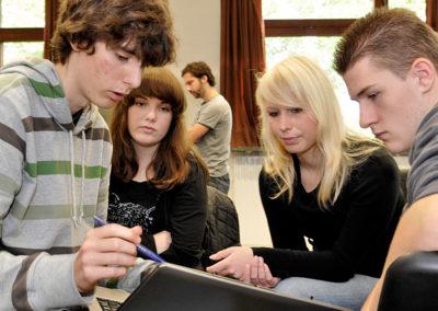 Kleingruppenarbeit von Schülerinnen und Schülern