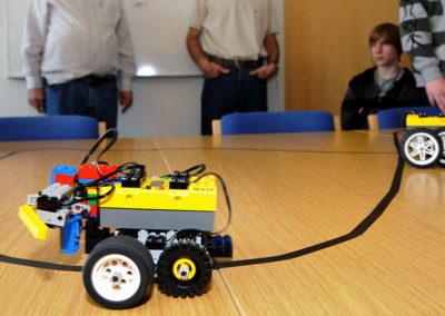 Roboter aus Lego fahren auf Tischplatte