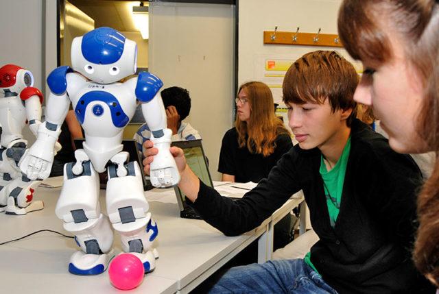 Schüler interagieren mit Roboter