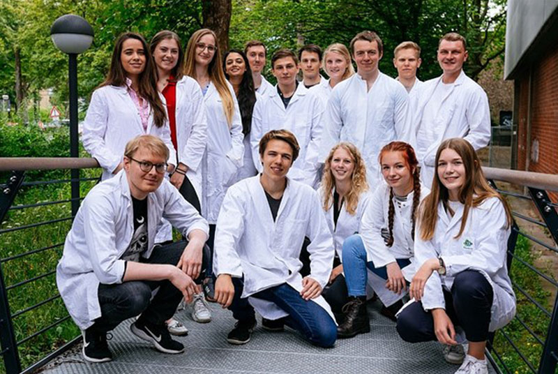 Studierende in Laborkitteln