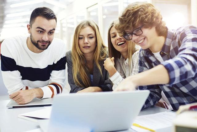Studierende bei Kleingruppenarbeit