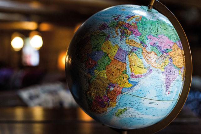 Globus in Bibliothek