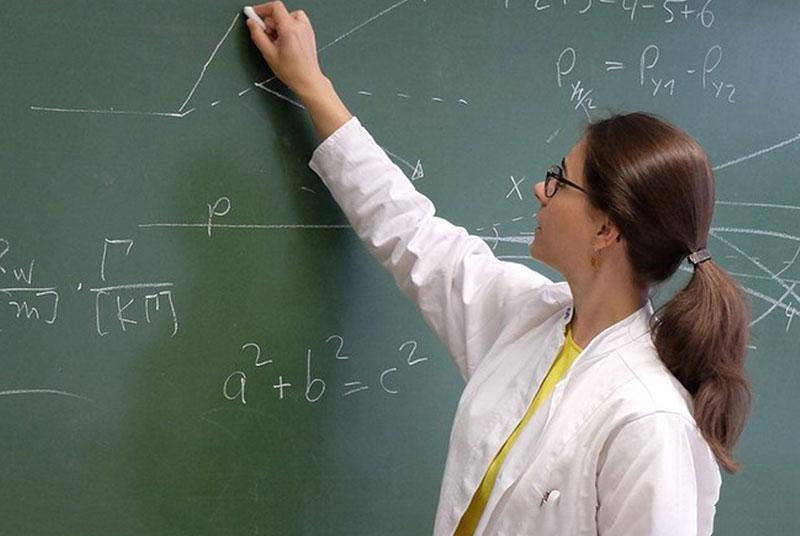 Wissenschaftlerin an Tafel